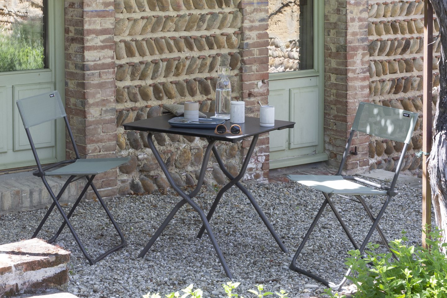 How to set up a dining space outside?